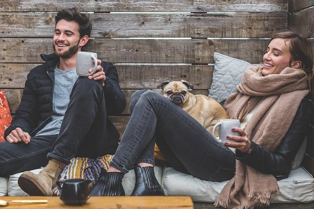 Gå på opdagelse med din partner I det sorte guld-Kaffen